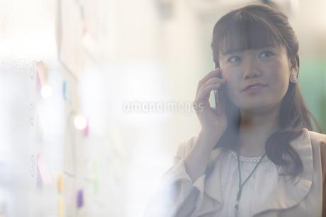 スマートフォンで通話するビジネスウーマンの写真素材 [FYI01320134]