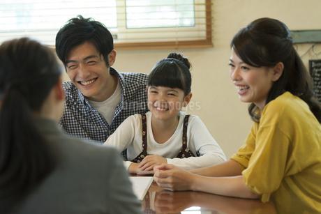ビジネスウーマンの説明を聞く家族の写真素材 [FYI01320136]