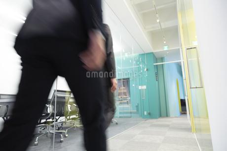 オフィスを歩くビジネスマンの足元の写真素材 [FYI01320154]