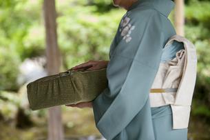 風呂敷包みを持つ中高年女性の写真素材 [FYI01320158]