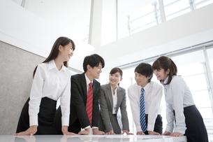 会議をする5人のビジネスマンの写真素材 [FYI01320159]