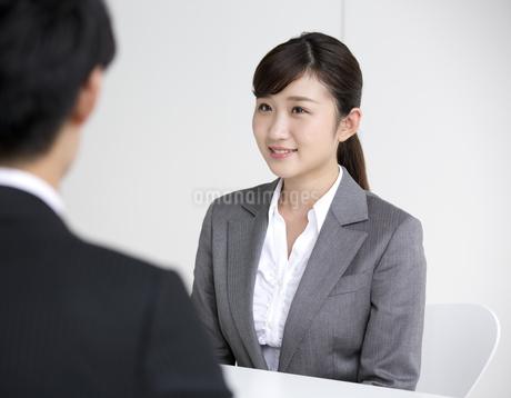 面接を受けるビジネスウーマンの写真素材 [FYI01320191]