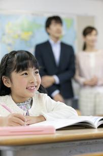 授業参観中の子供と親の写真素材 [FYI01320204]
