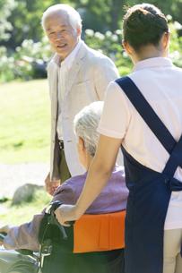 移動する介護士とシニアカップルの写真素材 [FYI01320246]