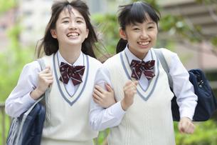 笑顔で走る女子中高生の写真素材 [FYI01320256]