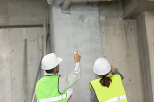 建設現場のビジネス男女の写真素材 [FYI01320259]