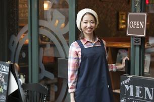 エプロンを着ているカフェ店員の写真素材 [FYI01320269]