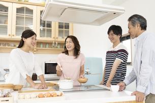 キッチンに立つファミリーの写真素材 [FYI01320272]