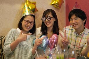 パーティーをする若者3人の写真素材 [FYI01320286]