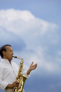 サックスを吹いているシニア男性の写真素材 [FYI01320339]
