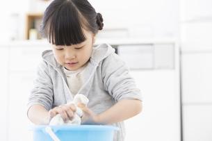 雑巾を絞っている女の子の写真素材 [FYI01320367]