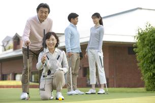 ゴルフクラブを持つ熟年夫婦の写真素材 [FYI01320387]
