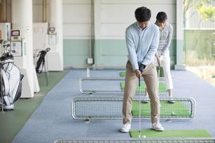 ゴルフをするカップルの写真素材 [FYI01320392]
