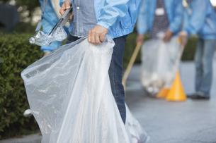ゴミ拾いをするボランティアの写真素材 [FYI01320395]