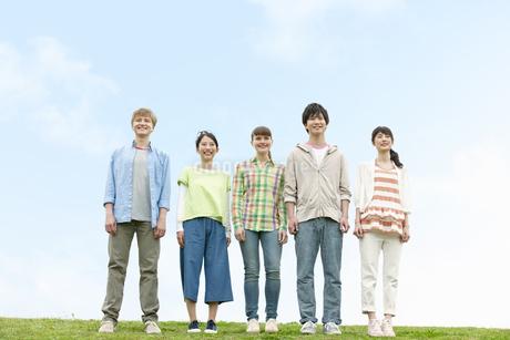 並んで立つ若者5人の写真素材 [FYI01320405]
