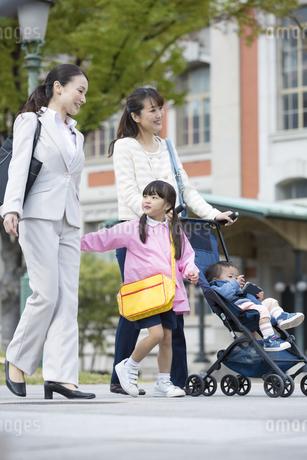 子連れで通勤する女性の写真素材 [FYI01320406]
