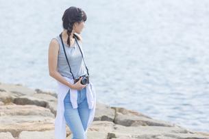 カメラを持つ女性の写真素材 [FYI01320410]