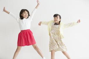 2人の女子小学生の写真素材 [FYI01320422]