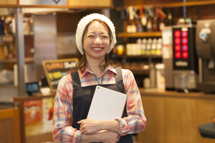 タブレットPCを持っているカフェ店員の写真素材 [FYI01320486]