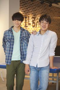 卓球台の前に立つ2人の男性の写真素材 [FYI01320496]