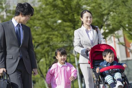 外出する家族の写真素材 [FYI01320530]