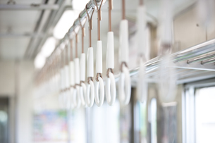 電車の吊革の写真素材 [FYI01320555]