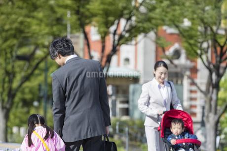 外出する2組の家族の写真素材 [FYI01320580]