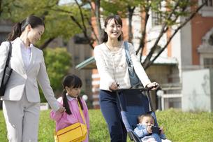 子連れで通勤する女性の写真素材 [FYI01320582]