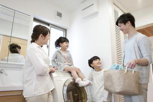 洗濯をする笑顔の家族の写真素材 [FYI01320614]