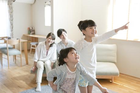 ポーズをとる女の子2人の写真素材 [FYI01320667]
