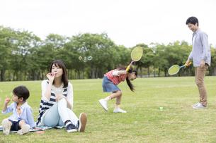公園で遊ぶ4人家族の写真素材 [FYI01320685]