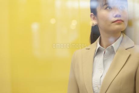 ガラス越しのビジネスウーマンの写真素材 [FYI01320696]