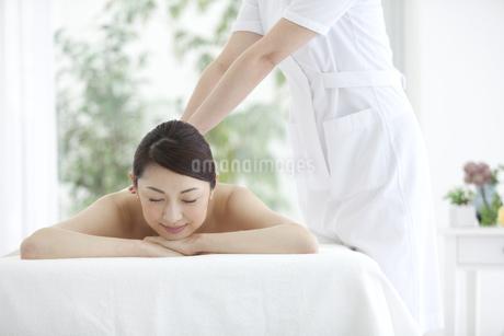 マッサージを受ける女性の写真素材 [FYI01320724]