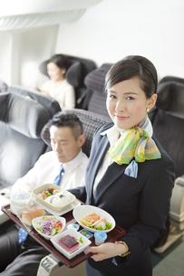 機内食を持つキャビンアテンダントの写真素材 [FYI01320754]