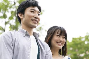 笑顔のカップルの写真素材 [FYI01320775]