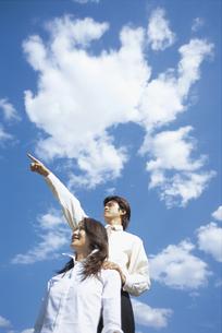空を見上げるビジネスウーマンとビジネスマンの写真素材 [FYI01320822]