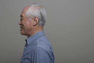 遠くを見つめるシニア男性の横顔の写真素材 [FYI01320852]