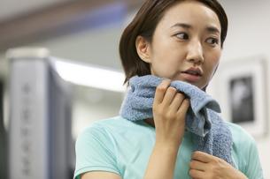 タオルで汗を拭く女性の写真素材 [FYI01320881]