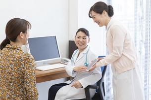 患者に説明する女医と看護師の写真素材 [FYI01320917]