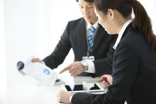 打ち合わせをするビジネスマンとビジネスウーマンの写真素材 [FYI01320948]