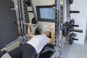 ジムでトレーニングする男性の写真素材 [FYI01320954]