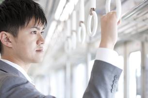 通勤電車に乗るビジネスマンの写真素材 [FYI01320978]