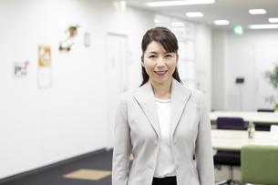 笑顔のビジネスウーマンの写真素材 [FYI01320980]