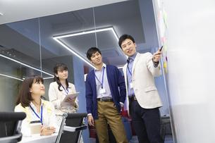 会議をするビジネス男女の写真素材 [FYI01321000]
