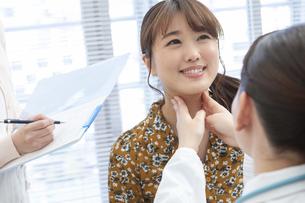女性を診察する女医の写真素材 [FYI01321030]