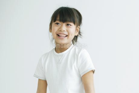 浮き輪に乗っている女の子の写真素材 [FYI01321039]