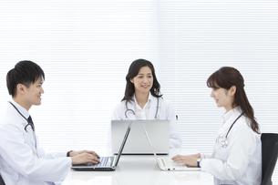 パソコンを操作している医師の写真素材 [FYI01321041]