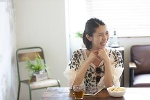 笑顔の女性の写真素材 [FYI01321082]