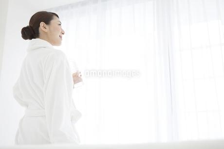 ミネラルウォーターを飲む女性の写真素材 [FYI01321113]