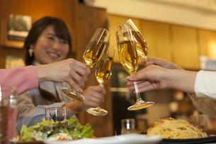 乾杯する女性4人の写真素材 [FYI01321144]
